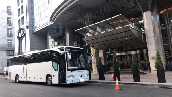 Luxus Mercedes autóbuszunk munka közben